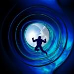 homme dans tunnel bleu